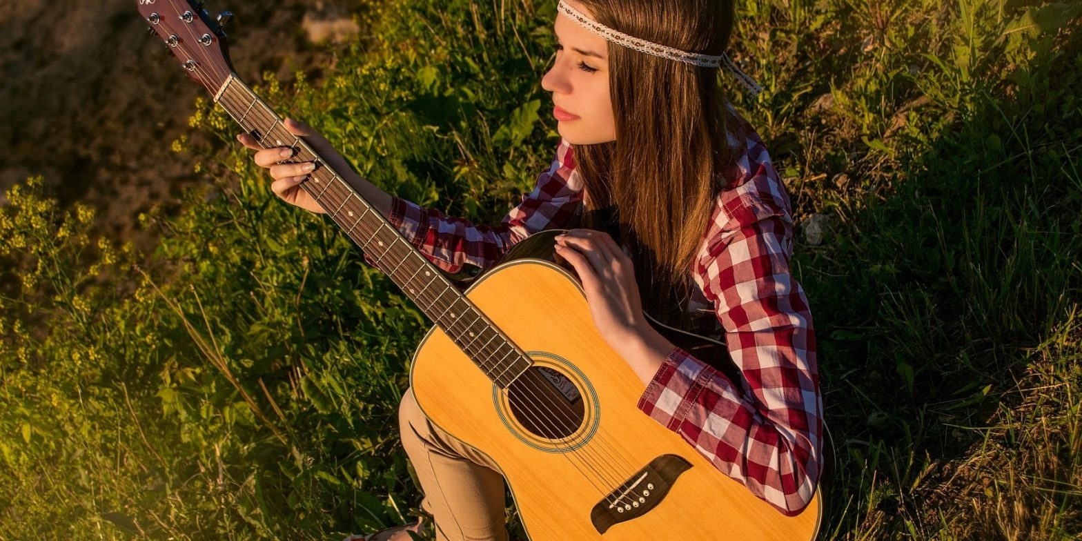 Девушка-хиппи с гитарой